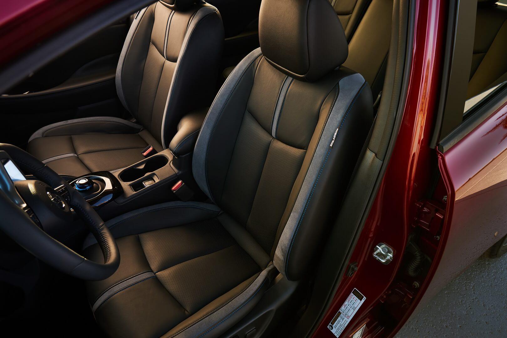 Передні сидіння в Nissan Leaf 2018