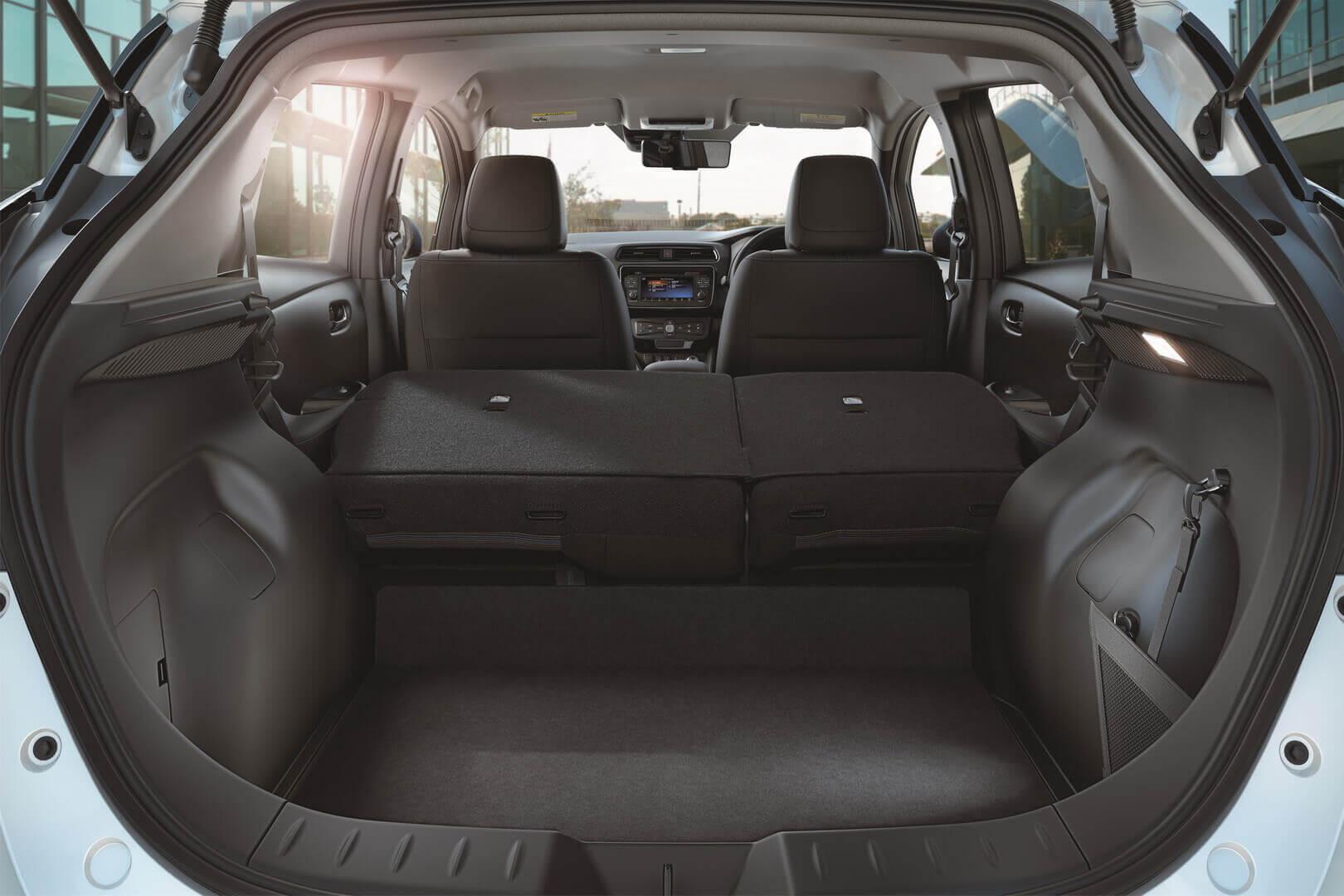 Задній вантажний простір для багажу в Nissan Leaf 2018
