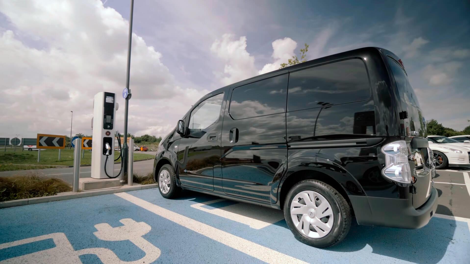 Nissan e-NV200 на зарядній станції у Великобританії