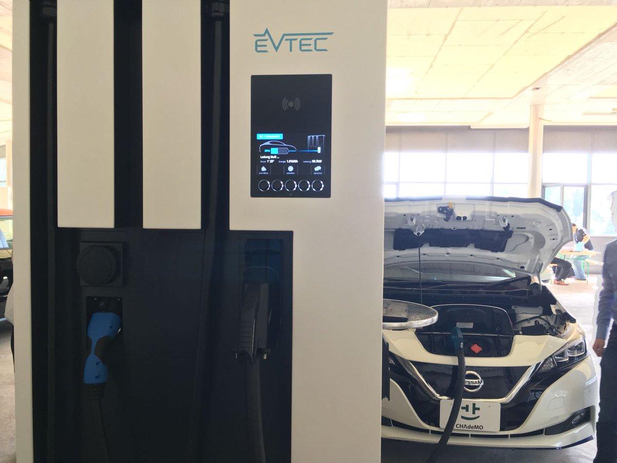 Nissan Leaf 2019 заряджається від швидкого зарядного пристрою швейцарської компанії EVTEC
