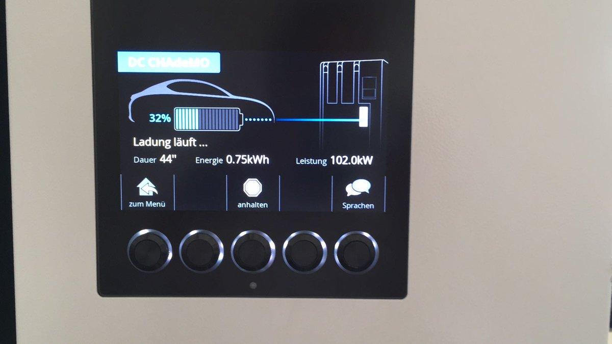 Nissan Leaf заряджається від швидкого зарядного пристрою CHAdeMO зпотужністю 102 кВт