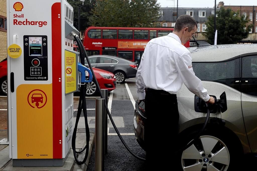 Зарядна станція для електромобілів назаправці Shell у Лондоні