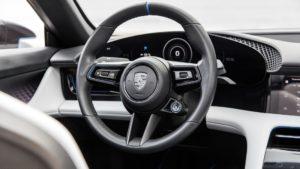 Приладова панель і кермо Porsche Mission E Cross Turismo