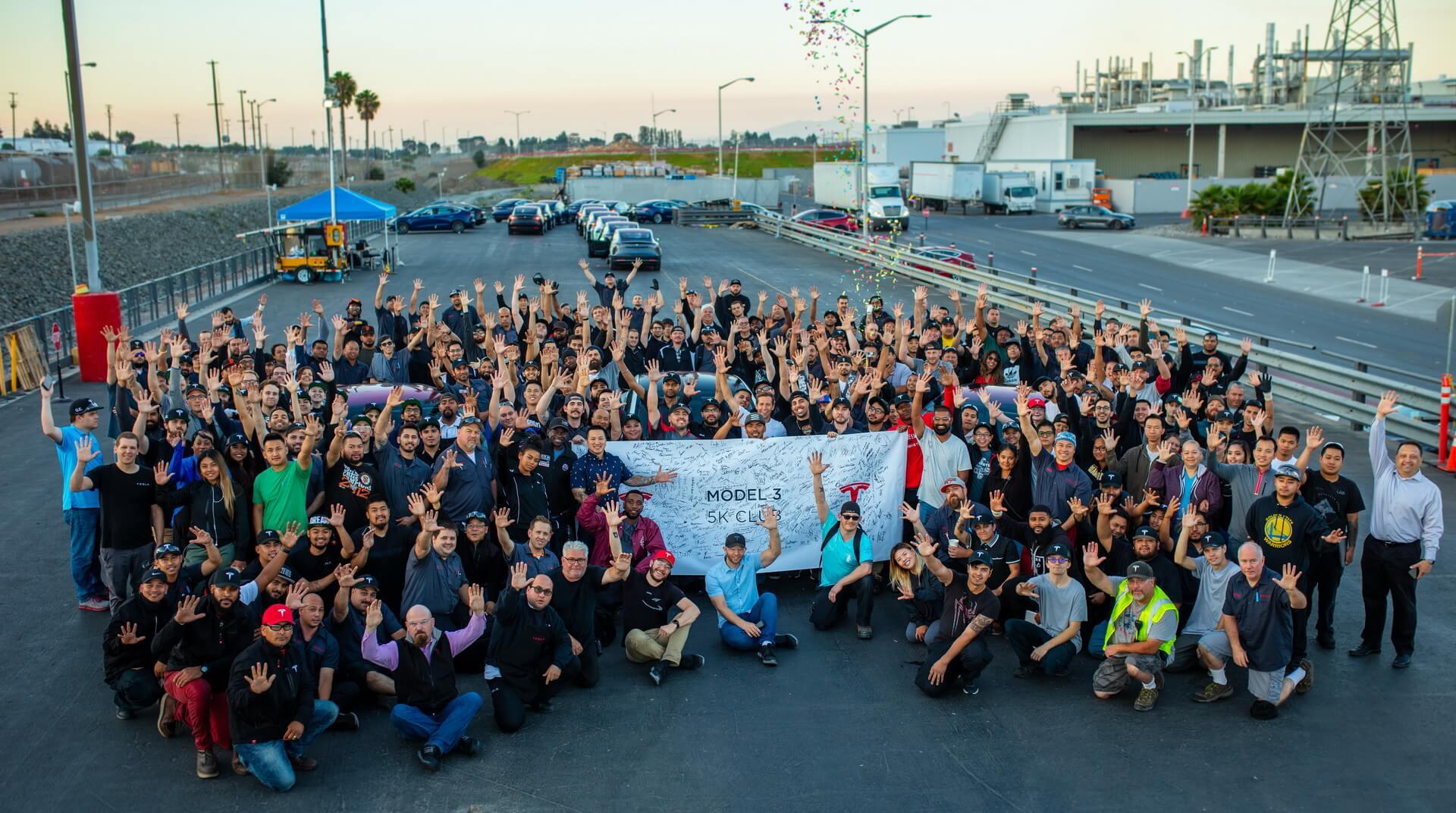 Фотографія команди, яка святкує досягнення цілей виробництва електромобілів Tesla