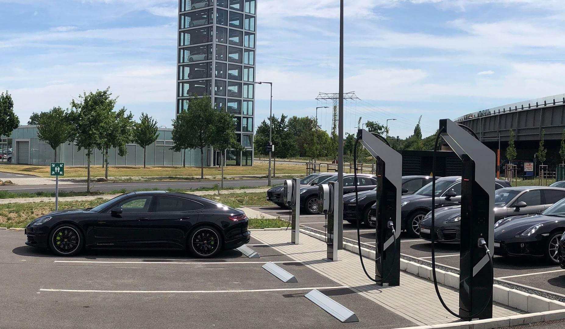 Швидка зарядна станція потужністю на 350 кВт в Берліні для електромобіля Taycan