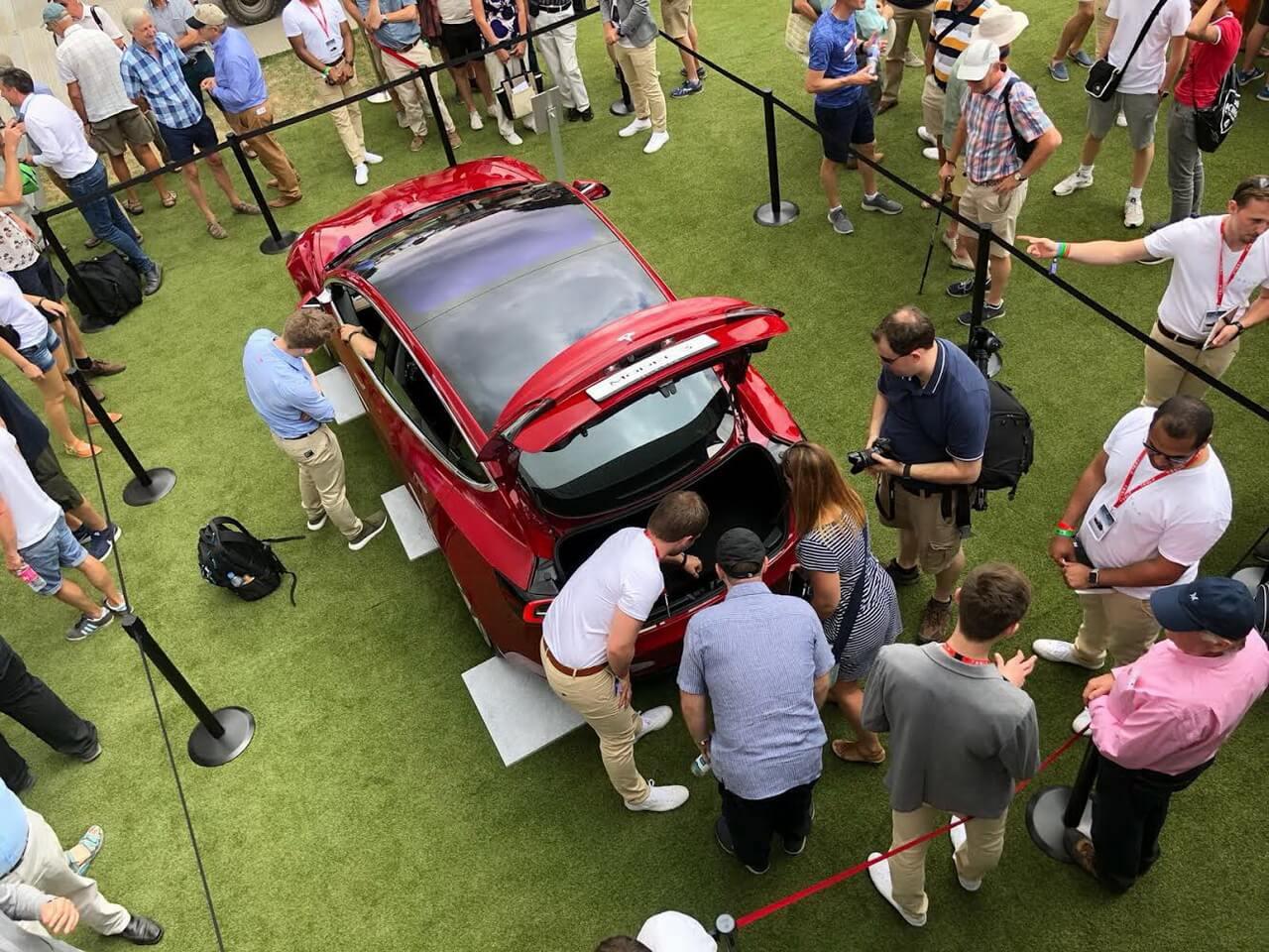 Стенд Tesla, особливо Model3, виявився популярним серед учасників Фестивалю швидкості вГудвуді