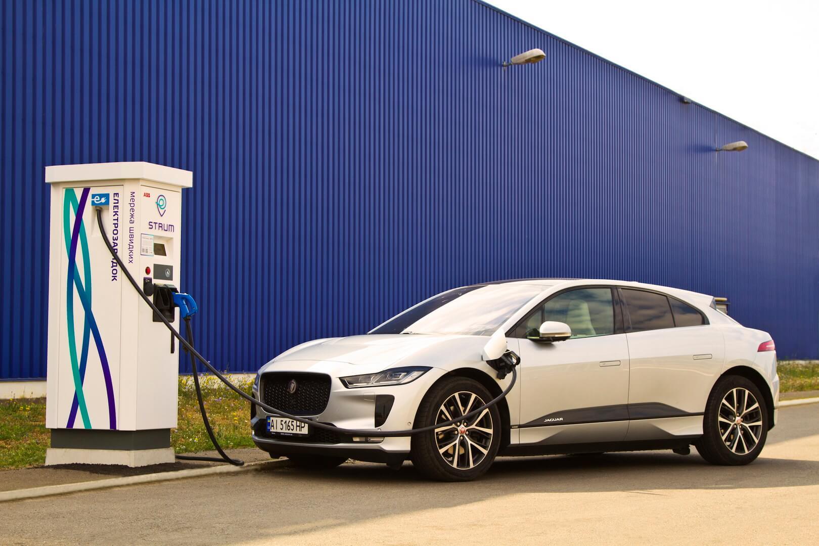 Електромобіль Jaguar I-PACE на швидкій зарядній станції STRUM