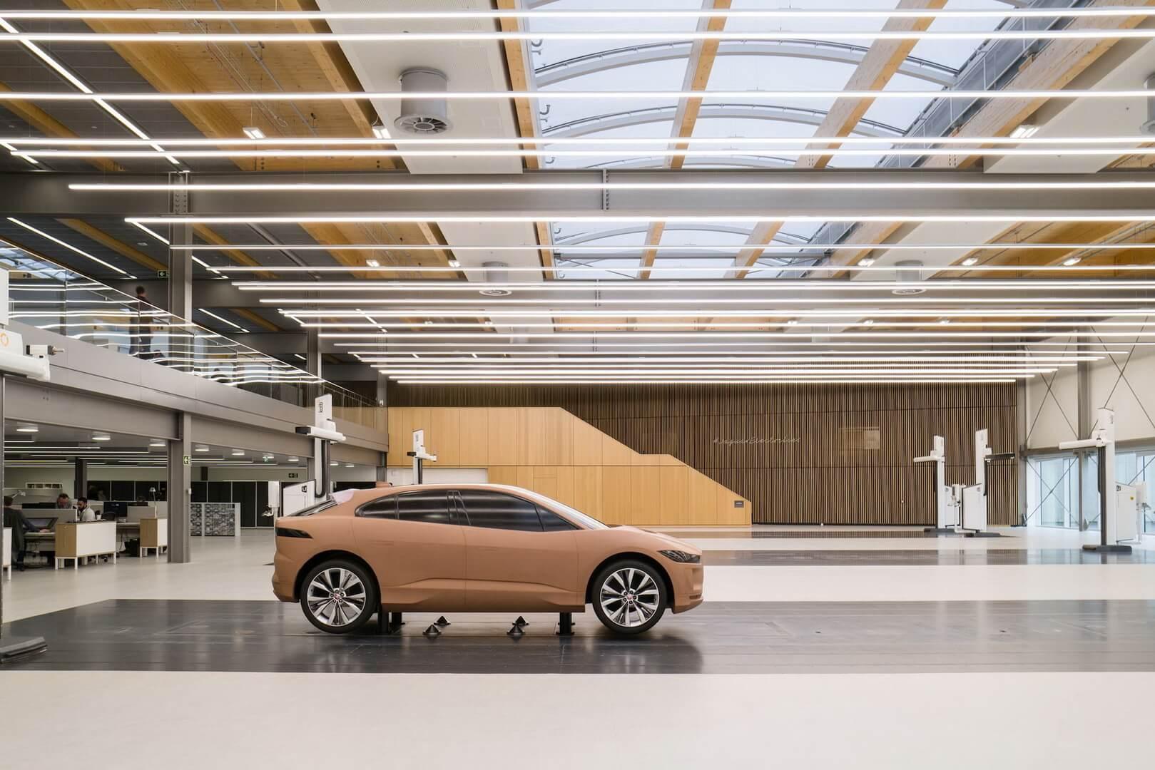 Глиняна модель електромобіля Jaguar I-Pace