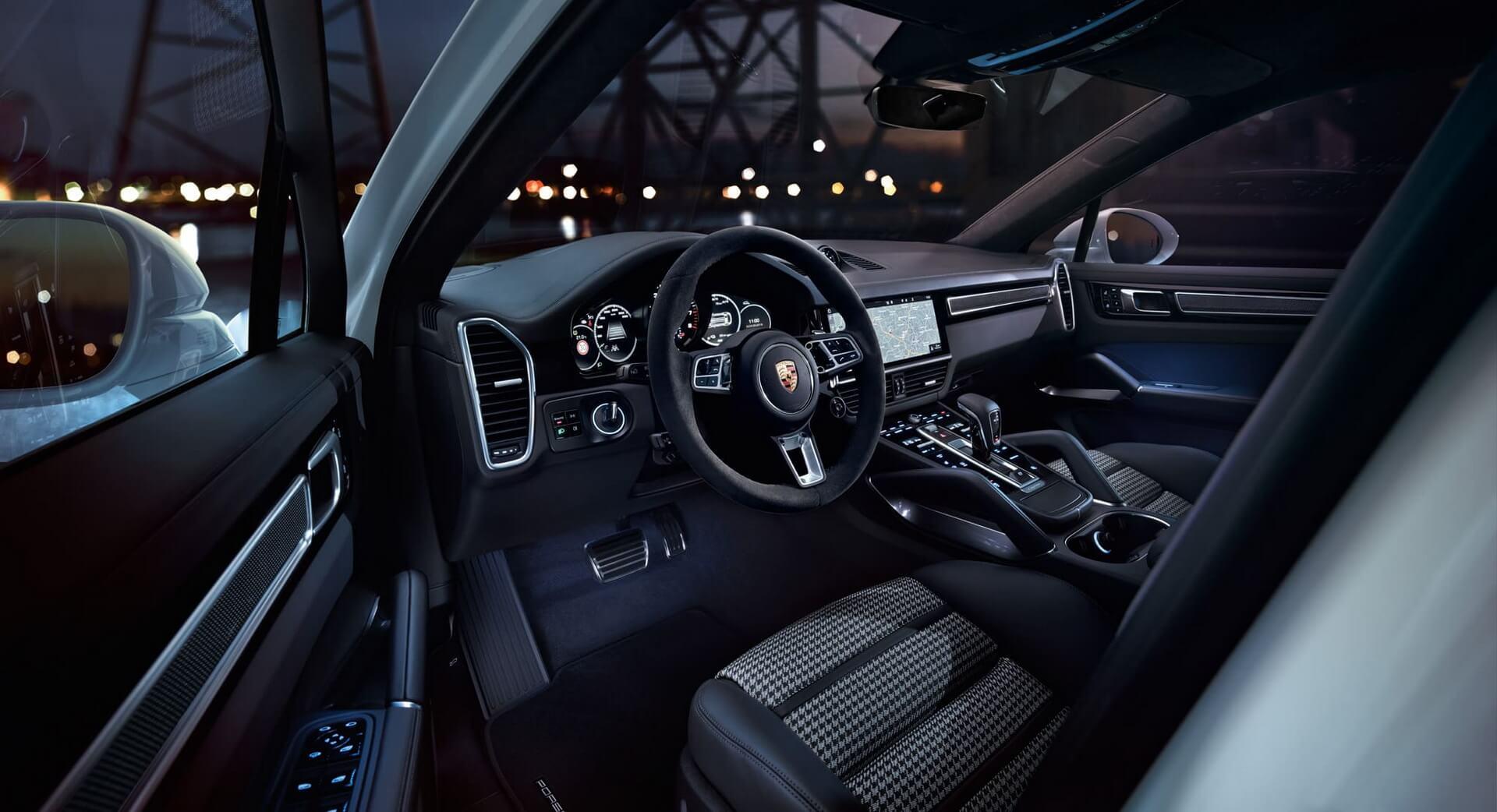 Інтер'єр плагін-гібрида Porsche Cayenne E-Hybrid