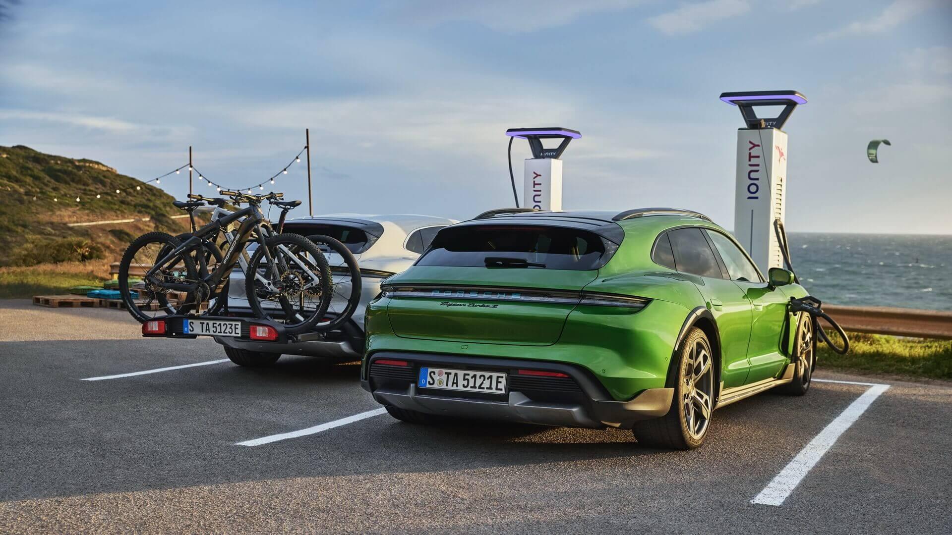 Спеціально для Taycan Cross Turismo Porsche розробила заднє кріплення для 3 велосипедів