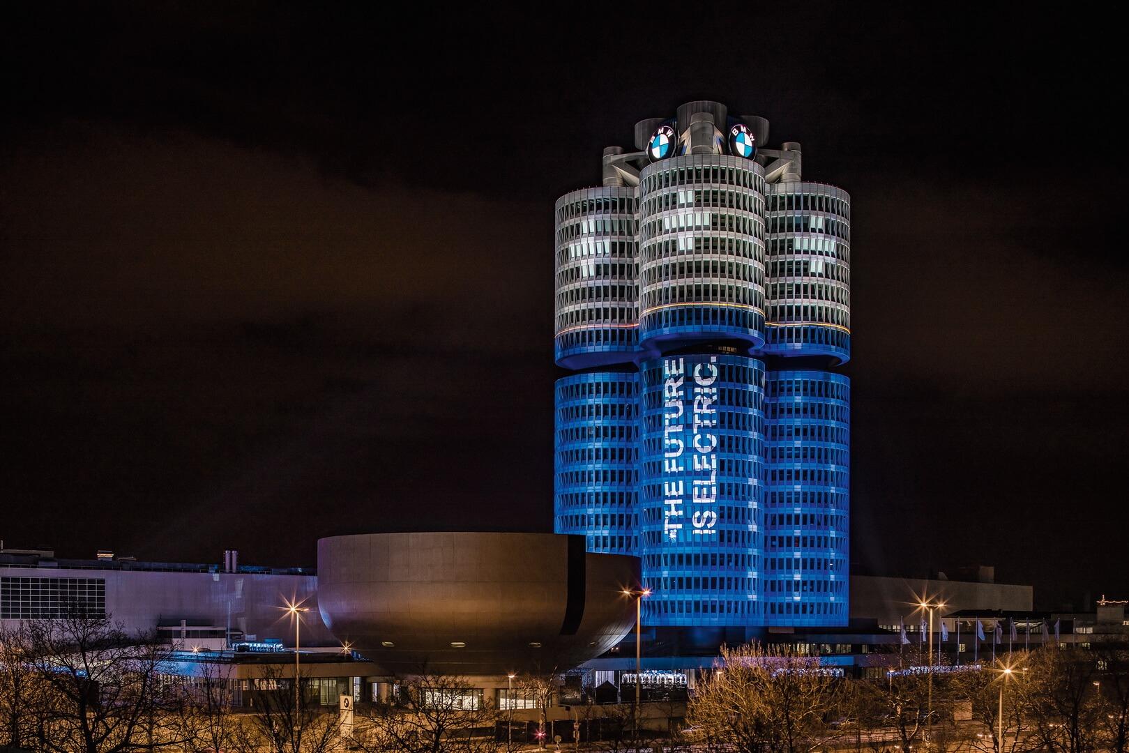 Підсвічування у вигляді батарей штаб-квартири BMW символізує технологічні зміни