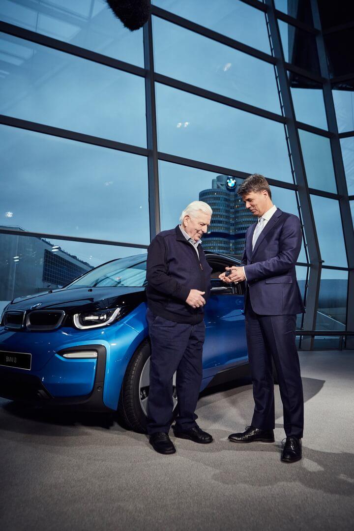 Харальд Крюгер передає ключі новому власнику 100-тисячного електрифікованого автомобіля BMW i3